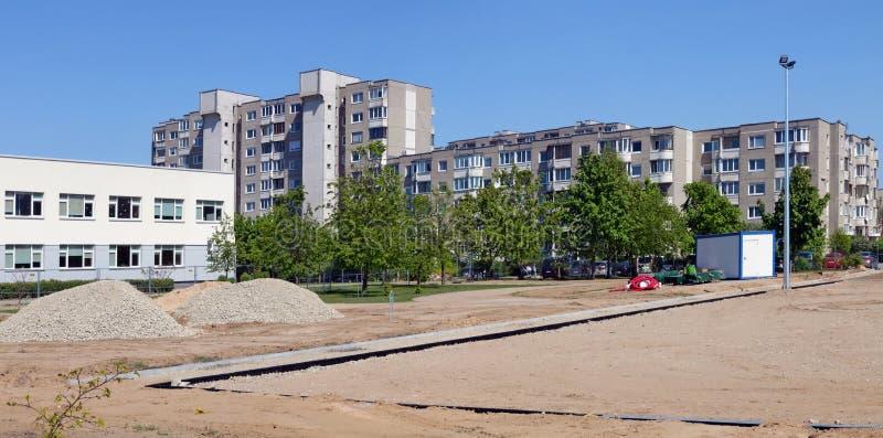 Chantier de construction d'un stationnement de voiture dans une zone résidentielle standard de ville européenne photographie stock libre de droits
