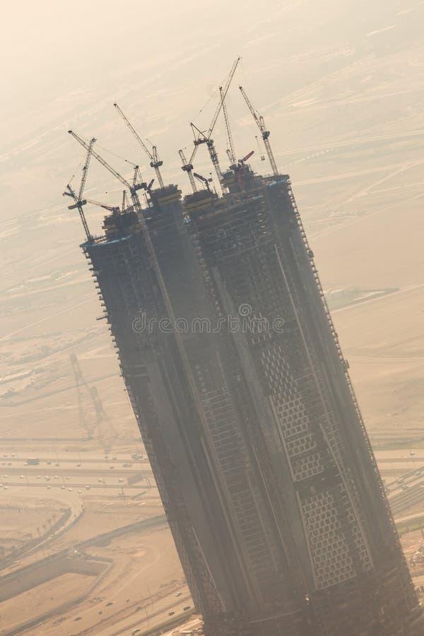 Chantier de construction de gratte-ciel avec des grues sur des bâtiments image stock