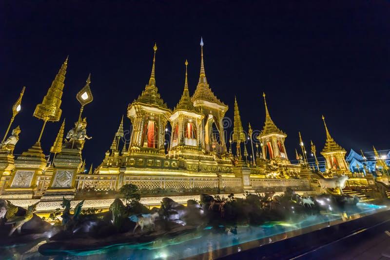 Chantier de construction du bûcher funèbre royal la nuit à Bangkok, Thaïlande photographie stock libre de droits