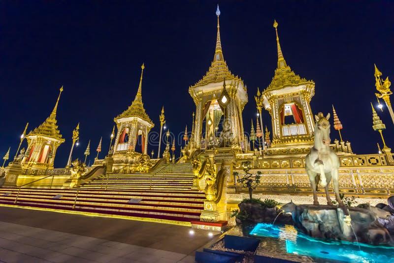 Chantier de construction du bûcher funèbre royal la nuit à Bangkok, Thaïlande image stock