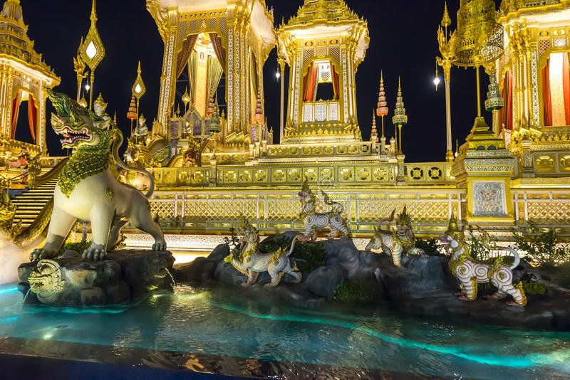 Chantier de construction du bûcher funèbre royal la nuit à Bangkok, Thaïlande photographie stock