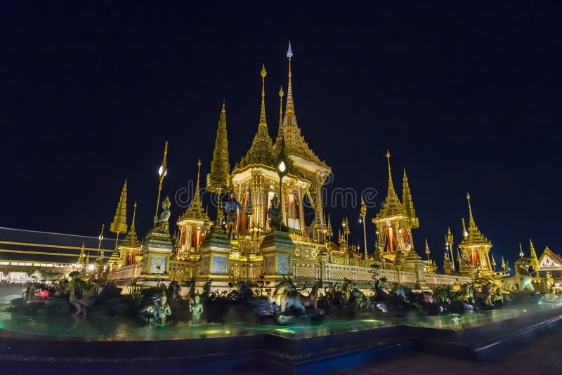 Chantier de construction du bûcher funèbre royal la nuit à Bangkok, Thaïlande images stock