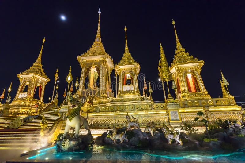 Chantier de construction du bûcher funèbre royal la nuit à Bangkok, Thaïlande image libre de droits