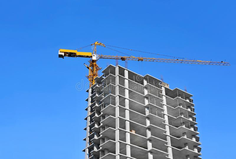 Chantier de construction de grue et de highrise image stock