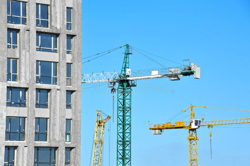 Chantier de construction de grue et de highrise photo stock