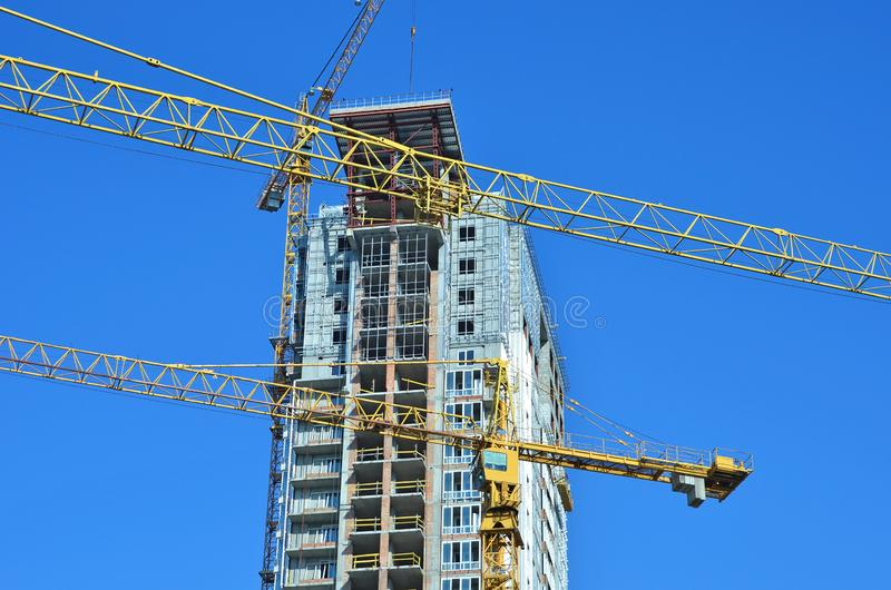 Chantier de construction de grue et de highrise photographie stock libre de droits