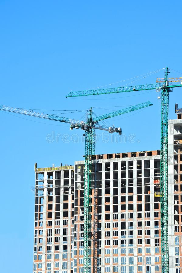 Chantier de construction de grue et de highrise images libres de droits