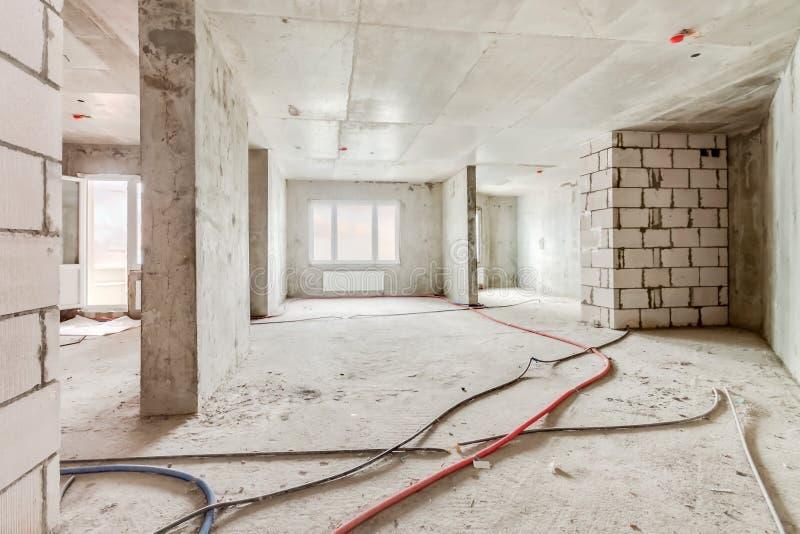 Chantier de construction de l'intérieur résidentiel d'immeuble en cours avec les fenêtres et le mur de briques blanc photos libres de droits