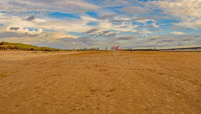 Chantier de construction navale tend le cou sur l'horizon à la plage de Crosby, Angleterre photo stock