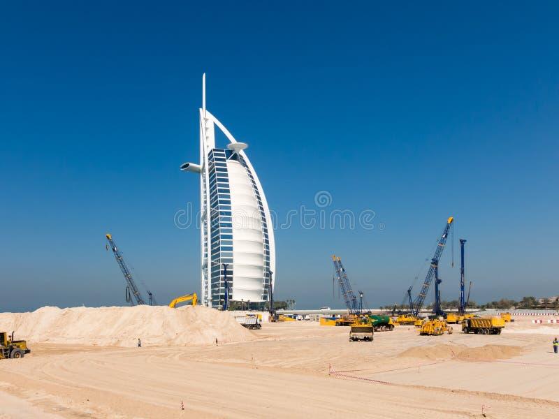 Chantier de construction, plage de Jumeirah à Dubaï images stock