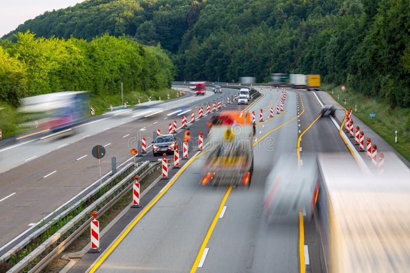 Chantier de construction de route d'autoroute avec passer des camions photo libre de droits