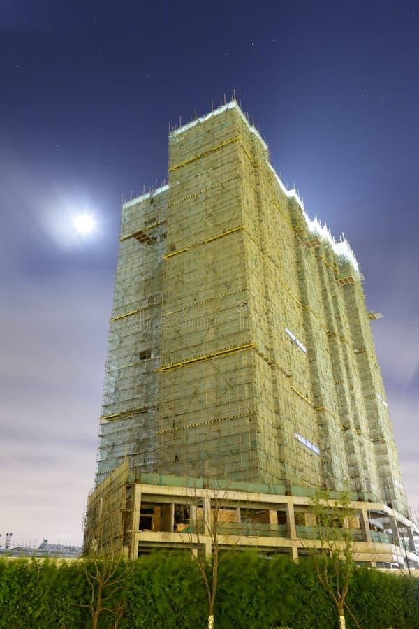 Chantier de construction sous la lune dans la ville amoy photographie stock libre de droits