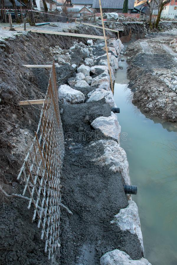 Chantier de construction sur la berge photos stock
