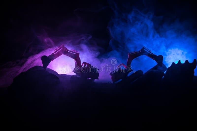 Chantier de construction sur une rue de ville Une excavatrice défonceuse jaune s'est garée au cours de la nuit sur un chantier de photo libre de droits
