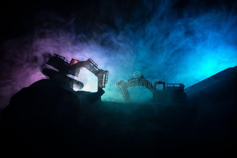 Chantier de construction sur une rue de ville Une excavatrice défonceuse jaune s'est garée au cours de la nuit sur un chantier de images stock