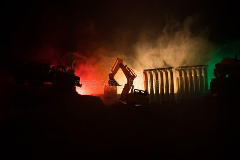Chantier de construction sur une rue de ville Une excavatrice défonceuse jaune s'est garée au cours de la nuit sur un chantier de image libre de droits