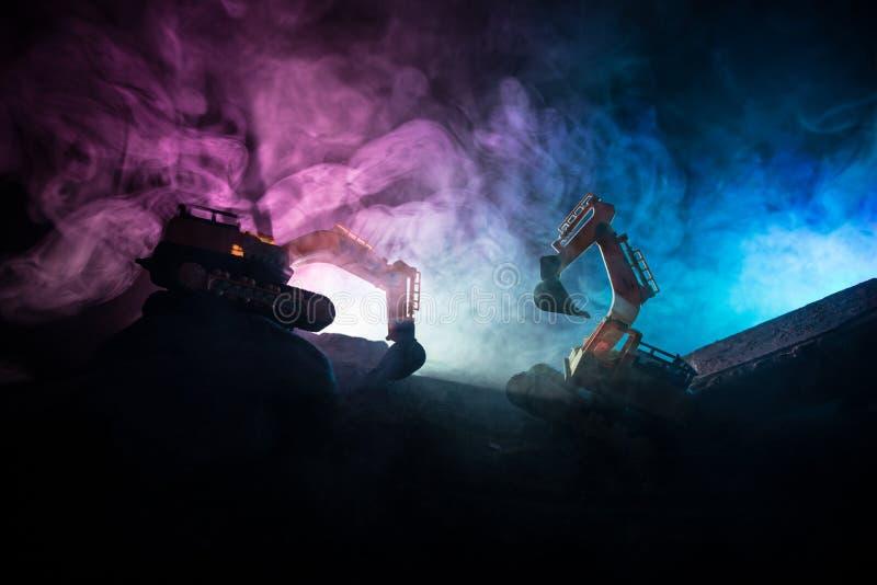 Chantier de construction sur une rue de ville Une excavatrice défonceuse jaune s'est garée au cours de la nuit sur un chantier de image stock
