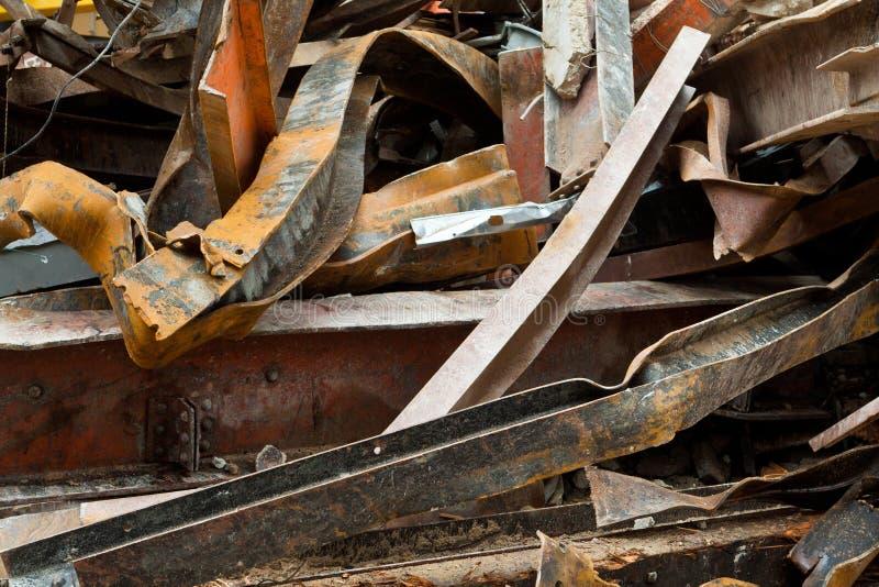 Chantier de démolition en acier de poutres de grande chute rouillée de pile photos libres de droits