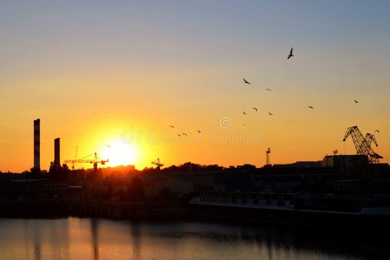 Chantier naval au coucher du soleil image stock