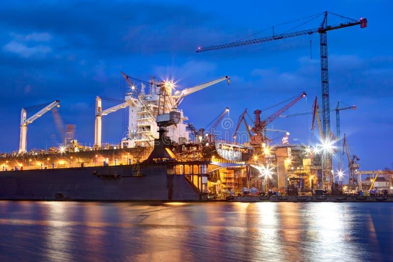 Chantier naval au travail, réparation de bateau, fret industriel photo libre de droits