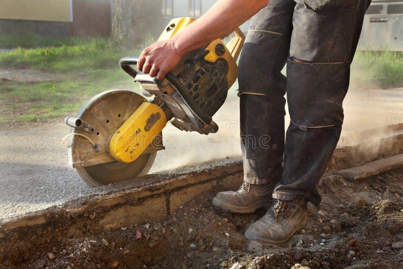 Chantier, travailleur et outil de construction images stock