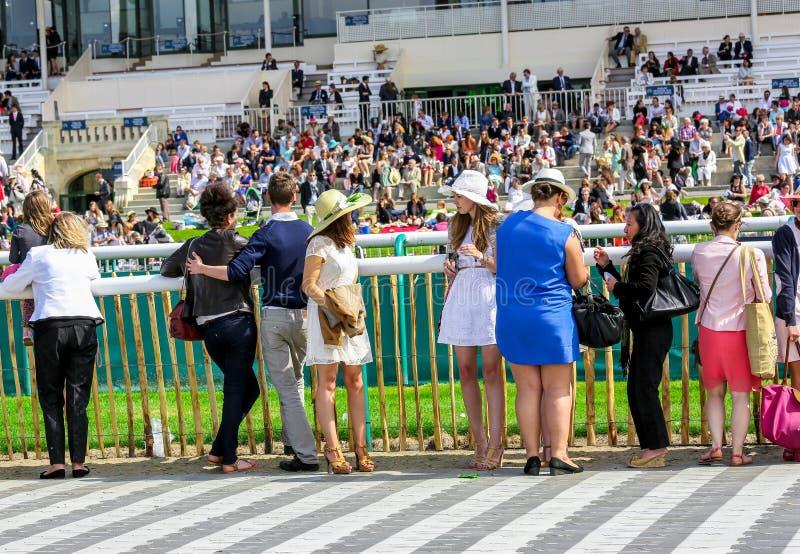 CHANTILLY, CZERWIEC - 15: Styl życia przy Prix De Diane w racecourse, blisko Paryż na Czerwu 15, 2014, Francja obraz stock