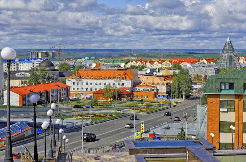 Chanty-Mansijsk, Russia Vista delle costruzioni nel centro urbano, nei precedenti - lo spazio senza vita del fiume e fotografia stock libera da diritti