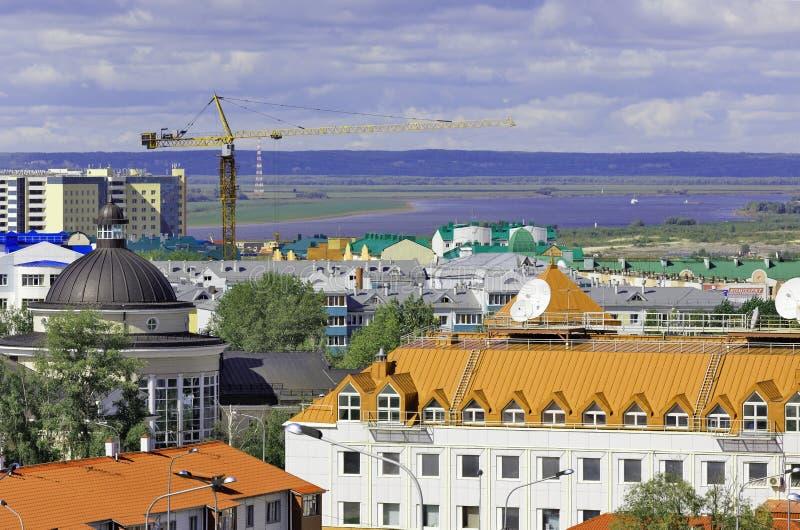 Chanty-Mansijsk, Russia Vista superiore dei tetti della costruzione, nei precedenti - lo spazio senza vita del fiume e del taiga immagini stock libere da diritti