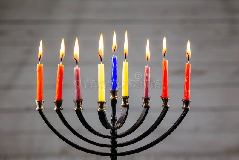 Chanukka-menorah mit Kerzen glücklichem Burning lizenzfreie stockfotos