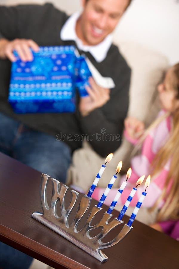 Chanukkah: Fader Opens Hanukkah Gift arkivbild