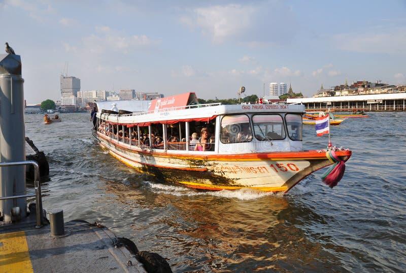 Chao Phraya Express Boat, das einem der Halt entlang Chao Phraya River, Bangkok sich nähert stockbild