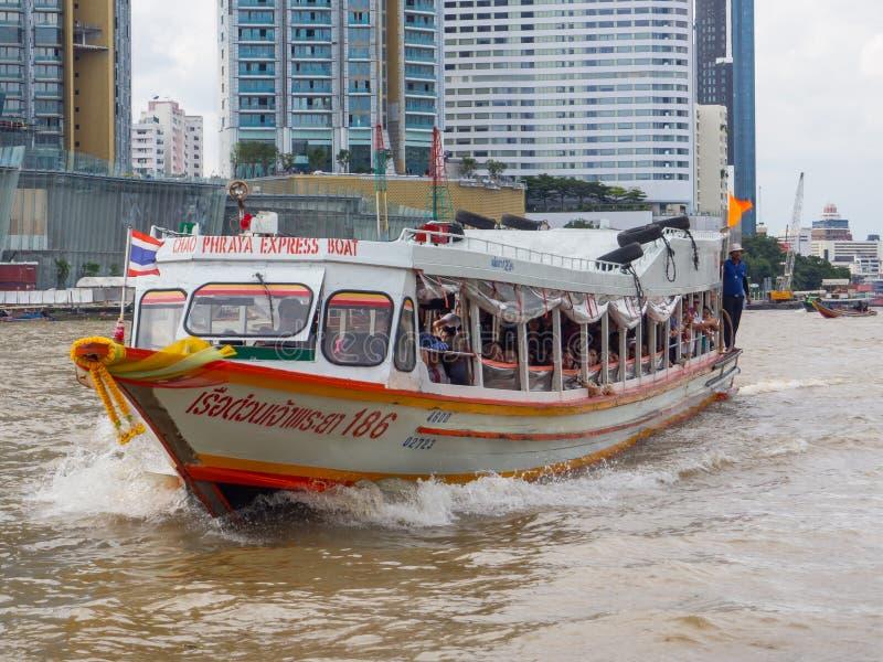Chao Phraya Express Boat es un servicio del transporte en Tailandia que actúa en Chao Phraya River imagen de archivo