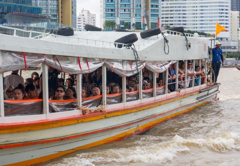 Chao Phraya Express Boat ist ein Transportservice in Thailand, das auf Chao Phraya River funktioniert stockfotografie