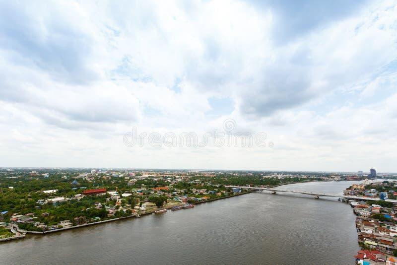 Chao Phraya flodBangkok cityscape Thailand royaltyfri fotografi