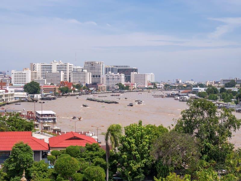 Chao Phraya flodstrandsikt från gryningtempelpagod arkivbilder