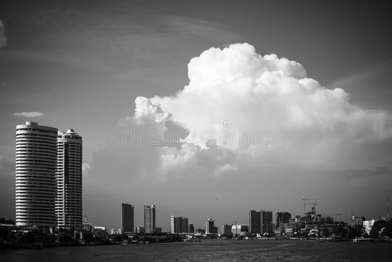 Chao Phraya River e a cidade com nuvem e o céu azul, Banguecoque são a cidade principal e a mais populoso do reino de Thail foto de stock