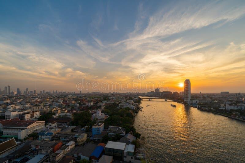 Chao Phraya River met de de stad in zon, Bangkok, Thailand Financiële districts en commerciële centra in slimme stedelijke stad i royalty-vrije stock afbeeldingen