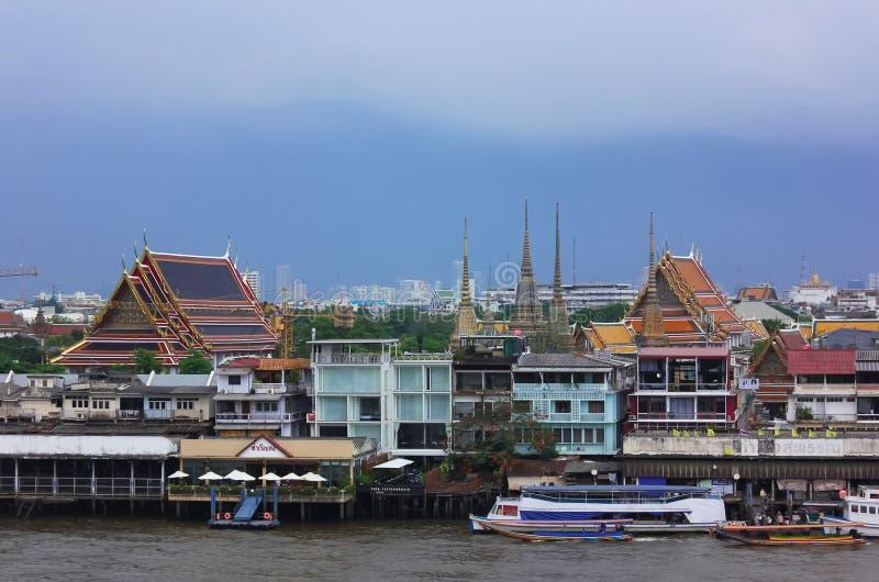 Chao Phraya River och någon arkitektur på Bangkok, Thailand royaltyfri fotografi