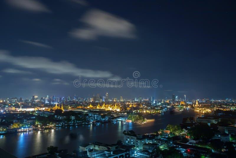 Chao Phraya rzeka, Bangkok przy nocą, przegapia Uroczystego Palac zdjęcie royalty free