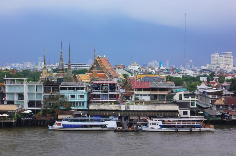 Chao Phraya rzeka z niektóre budynkami przy Bangkok i łodziami, Tajlandia obraz stock