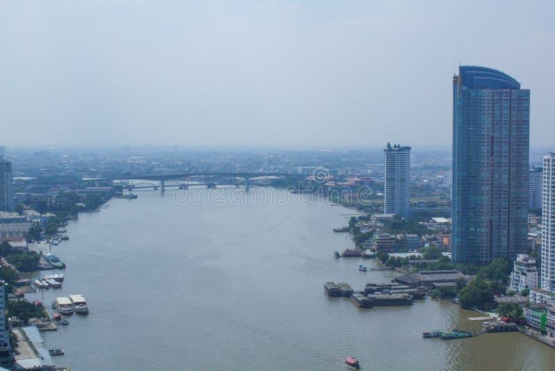 ChaoPhraya flod- och Bangkok horisont i aftonen royaltyfri foto