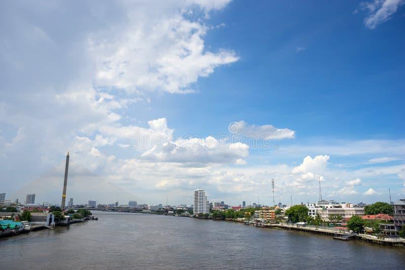 Chaophraya flod och Rama VIII brosikt under blå himmel fotografering för bildbyråer