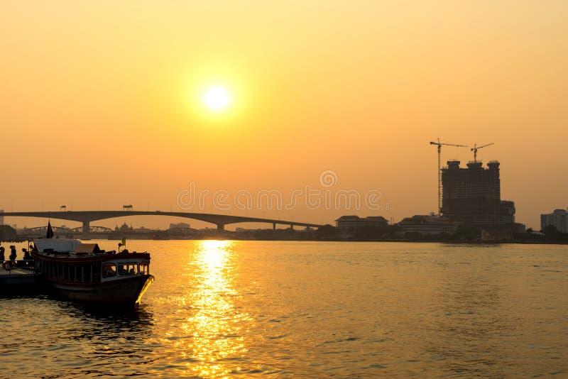 Chaophraya flodstrandsikt med byggnader och fartyg royaltyfri fotografi