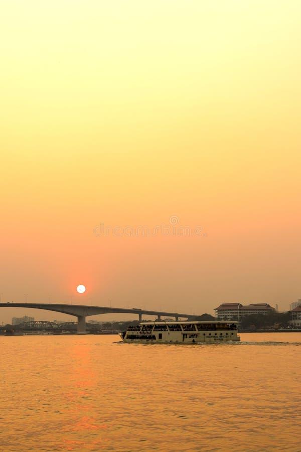 Chaophraya flodstrandsikt med byggnader och fartyg royaltyfri bild