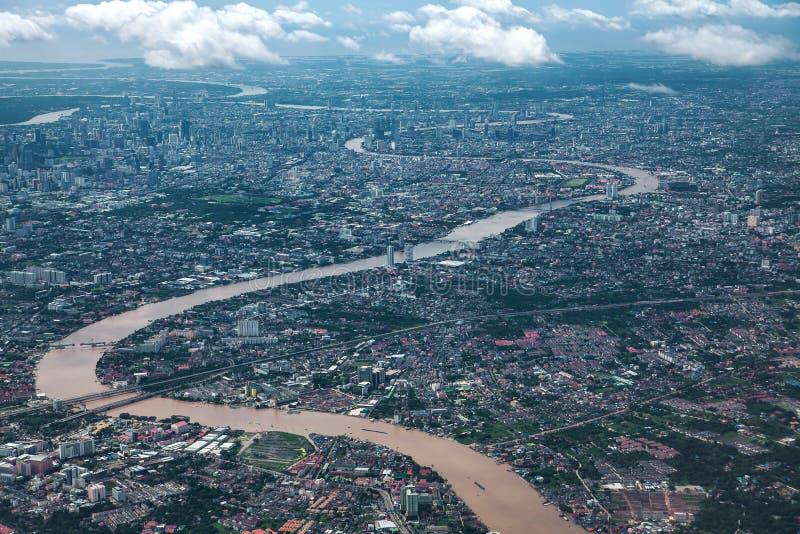 Chaopraya flod- och Bangkok stad royaltyfri fotografi