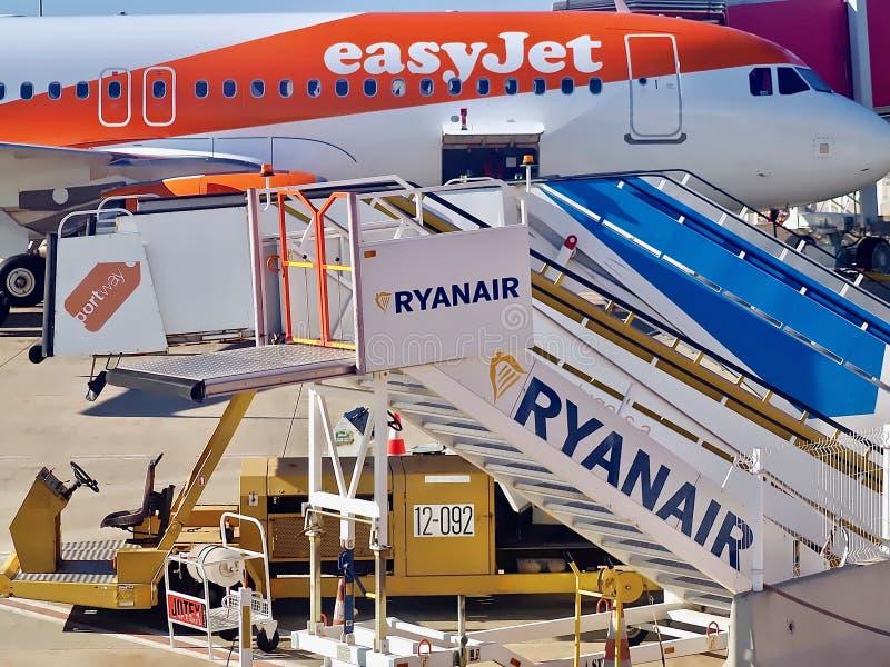 Chaos à un aéroport avec un avion et des passerelles photos stock