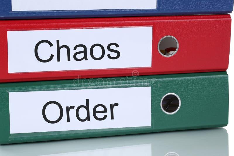 Chaos en ordeorganisatie in bureau bedrijfsconcept stock afbeelding