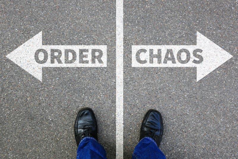 Chaos- und Bestellungsorganisationsbürogeschäftsmann-Geschäftskonzept stockfoto