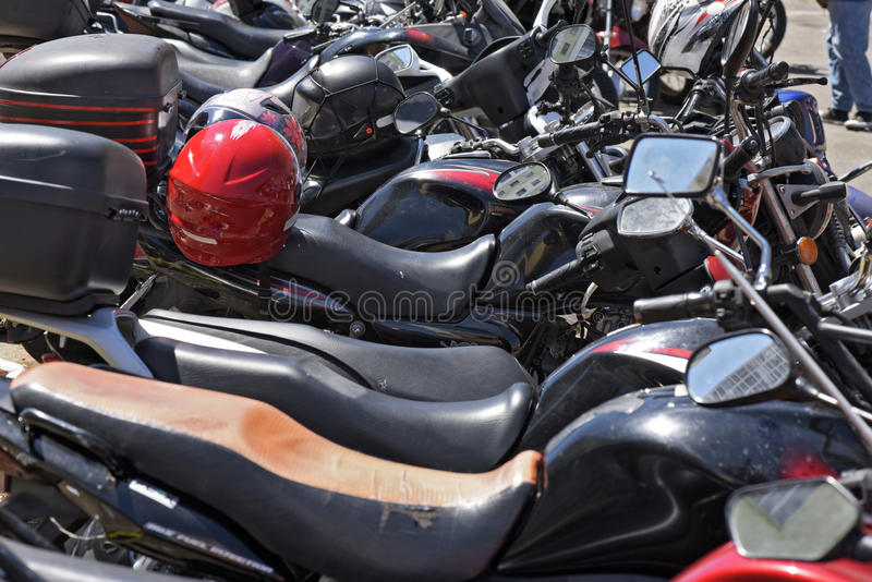 Chaos visuel du stationnement de moto sur la rue photo stock