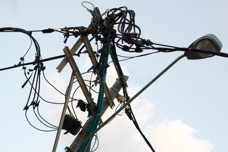Chaosverwirrung der elektrischen Leitung verdrahtet Hochland lizenzfreie stockfotografie